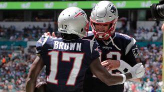Antonio Brown, en festejo con Tom Brady, durante su etapa con Patriots