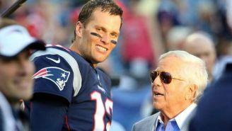 Tom Brady y Robert Kraft tras un juego de New England