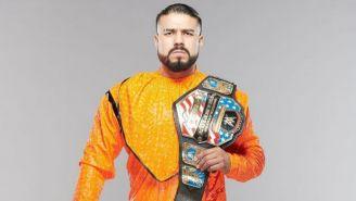 Andrade con el cinturón de Campeón de la WWE