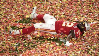 Demone Harris celebra en el pasto lleno de confeti