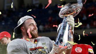 Travis Kelce levanta el trofeo del Super Bowl LIV