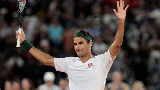 Roger Federer saluda en un juego de tenis