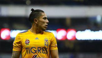 Carlos Salcedo durante un partido con Tigres