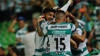 Jugadores de Santos, en festejo de gol