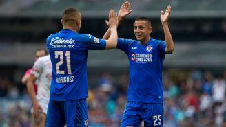 Roberto Alvarado celebrando un gol con Jonathan Rodríguez