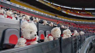 Peluches en la tribuna del Estadio Jalisco