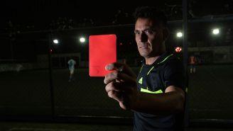 El árbitro Daniel González posa para la lente de RÉCORD