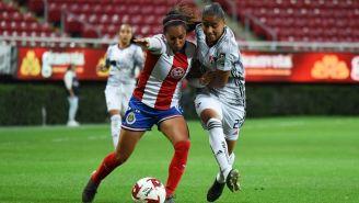 María Sánchez y Marcia García disputan un balón