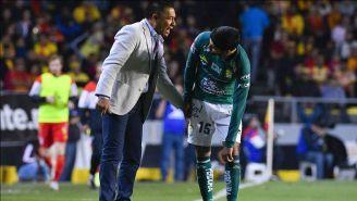 Ambriz le da indicaciones a Iván Ochoa