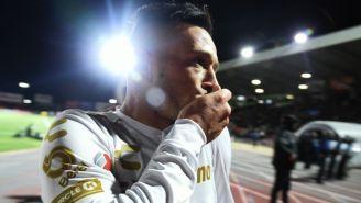 Brian Lozano celebrando una anotación con Santos