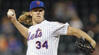 Syndergaard lanza la bola en un juego de los Mets