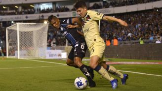 Jonathan Perlaza y Santiago Cáseres luchan por el balón