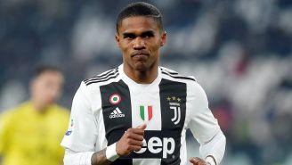 Douglas Costa en partido con la Juventus
