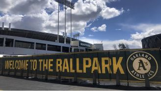 Una manta da la bienvenida al Coliseum de Oakland