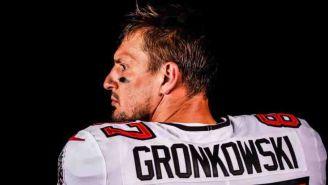 Rob Gronkowski posa con el nuevo uniforme de Tampa Bay