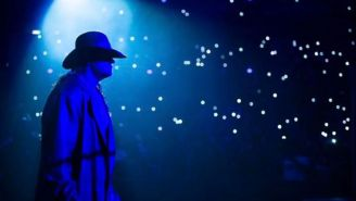 The Undertaker se aproxima al cuadrilátero