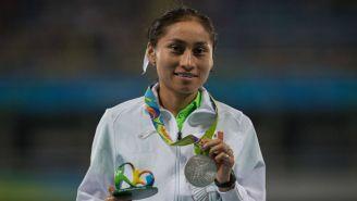 Lupita González recibiendo medalla