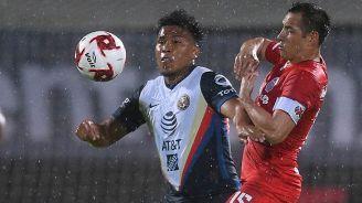 Roger Martínez protege el balón ante la marca choricera