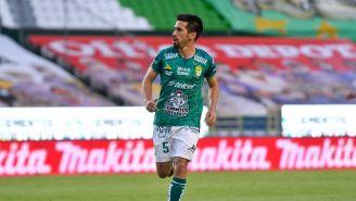Fernando Navarro durante un partido con León
