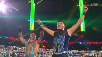 Rey Mysterio y Dominik celebrando la victoria