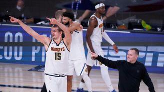 Jugadores de Nuggets celebran el triunfo