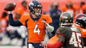 Rypien lanza un pase con los Broncos