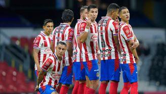 Calderón se coloca tras la barrera de Chivas en el Clásico Nacional