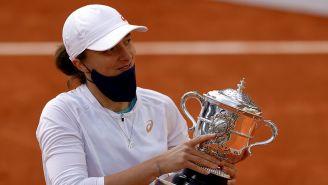 Iga Swiatek con el trofeo de Roland Garros