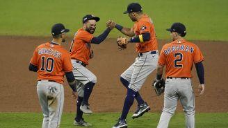 Jugadores de Astros festejan la victoria ante Rays