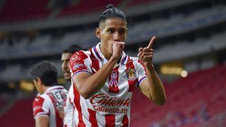 Uriel Antuna festeja su gol contra Atlas