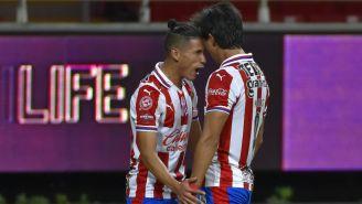 Antuna y Macías en celebración de gol