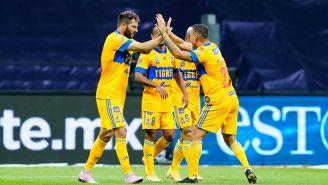 Jugadores de Tigres festejan un gol contra Cruz Azul