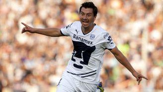 Juan Carlos Cacho festeja un gol con Pumas