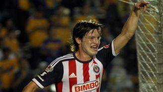 Carlos Fierro festeja una anotación con Chivas
