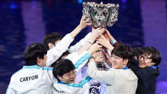 El equipo de DAMWON levantando el trofeo de Campeón del Mundo