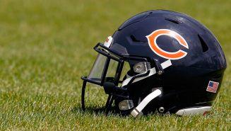 Casco de los Chicago Bears en un campo de entrenamiento