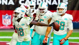 Jugadores de Dolphins celebran una anotación