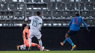 Ochoa detiene de forma correcta una ataque del rival