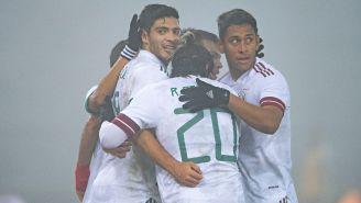 Jugadores mexicanos celebran gol vs Japón