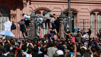 Aficionados de Maradona causan disturbios en su velatorio