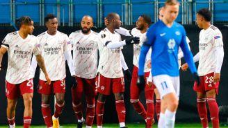 Jugadores del Arsenal festejan una anotación en Europa League