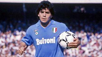 Maradona durante un duelo con el Napoli
