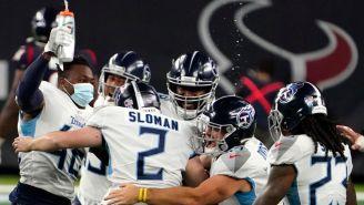 Jugadores de Titans celebran el triunfo en Houston