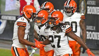 Jugadores de los Browns festejan una jugada ante los Steelers