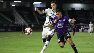 Acción entre Pumas y Mazatlán FC