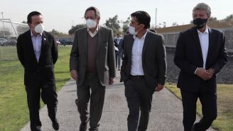 Mikel Arriola camina en cantera con Leopoldo Silva y Chucho Ramírez