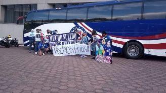 Aficionados de Cruz Azul afuera del hotel de concentración