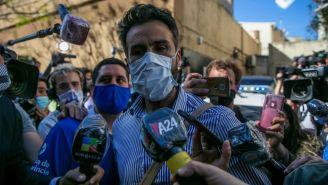 Leopoldo Luque atendiendo a los medios de comunicación