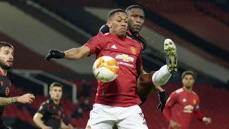Modibo Sagnan disputa el balón con  Anthony Martial