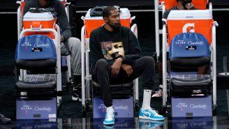 Kevin Durant observando el juego de los Brooklyn Nets contra Sacramento Kings
